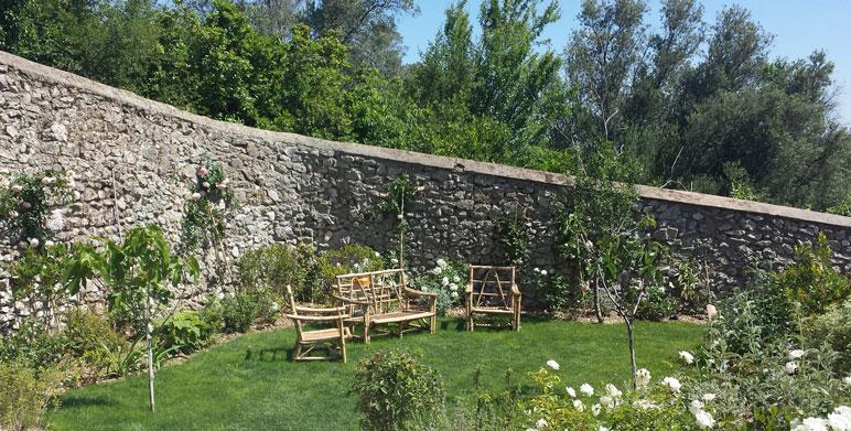 Jardin sur restanques eygali res architecte paysagiste - Jardins mediterraneens amenagement ...