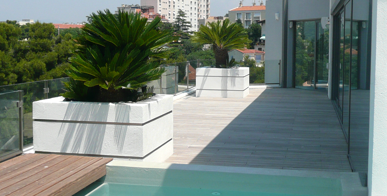 Jardin contemporain avec terrasses roucas blanc for Creation de jardin contemporain